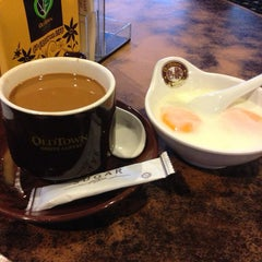 Photo taken at OldTown White Coffee by WynnE Y. on 8/31/2014