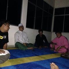 Photo taken at Masjid Pekan Papar by Tuan Wujian on 11/16/2013