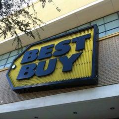 Das Foto wurde bei Best Buy von Berto M. am 10/4/2012 aufgenommen