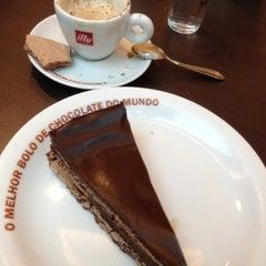 Photo taken at O Melhor Bolo de Chocolate do Mundo by Ruy on 11/15/2012