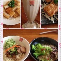 Photo taken at 春水堂人文茶館 Chun Shui Tang Cultural Tea House by Masami on 9/6/2013