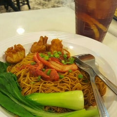 Photo taken at OldTown White Coffee by Lily R. on 11/24/2015