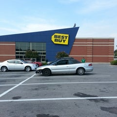 Photo taken at Best Buy by Marla R. on 9/27/2012