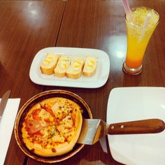 Photo taken at Pizza Hut by Ronal Y. on 6/13/2015