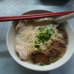 Photo taken at 三间庄猪肉丸粉 by Kun Shum on 1/13/2013