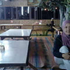Photo taken at Saung Pengkolan by Annisa Puspa Kirana on 5/12/2015