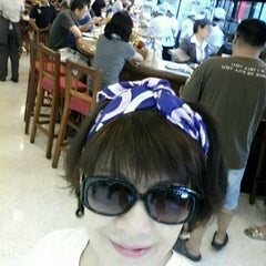 Photo taken at Took Lae Dee (ถูกและดี) by Eed C. on 10/17/2015