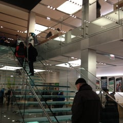 Photo taken at Apple Store, North Michigan Avenue by PieterCZ on 11/15/2012