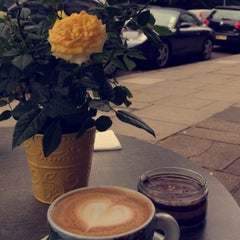 Photo taken at L'ETO Caffe - Fulham by Deemah H. on 8/14/2015
