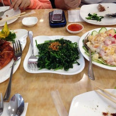Photo taken at King Bee Chinese Restaurant by Candyd S. on 7/19/2014