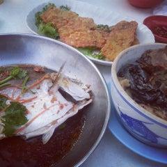 Photo taken at Seng Kee Black Herbal Chicken Soup 成基黑鸡补品 by Simon 사. on 4/28/2013
