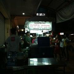 Photo taken at ก๋วยจั๊บ อ้วนเยาวราช @ พัทยา by Wut K. on 1/21/2012