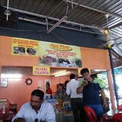 Photo taken at Nasi Campur Awet Muda by Aminur H. on 11/27/2012