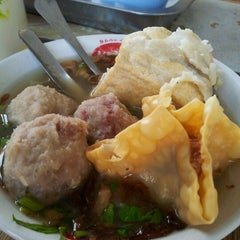 Photo taken at Bakso Mburi Pos by Sofie B. on 1/23/2013