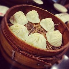 Photo taken at 南翔馒头店 | Nanxiang Steamed Bun Restaurant by Jesslyn H. on 11/28/2012