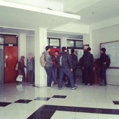Photo taken at Gedung Ilmu Komputer (GIK) by Hendri L. on 9/19/2012