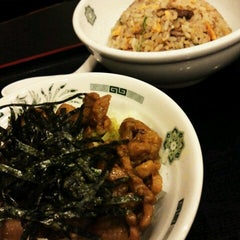 Photo taken at 日高屋 新宿3丁目店 by はんめ on 10/15/2012