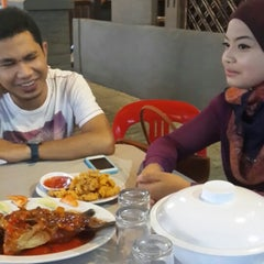 Photo taken at Old Village Restaurant @ Homestay by Mohd F. on 7/14/2013