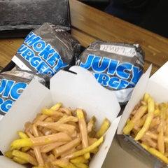 Foto tomada en Burger Land por Niloofar T. el 4/26/2013