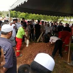Photo taken at Tanah Perkuburan Islam Presint 20 by Aznijar A. on 4/26/2013