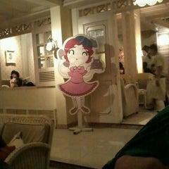 Photo taken at Giggle Box Café & Resto by yudha a. on 9/22/2012