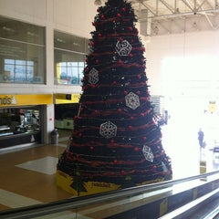 Photo taken at Éxito Bucaramanga by Julio Cesar A. on 12/23/2012