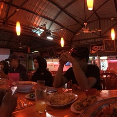 Photo taken at Restoran Juara Ikan Bakar 24 Jam by Noor Z. on 1/5/2014