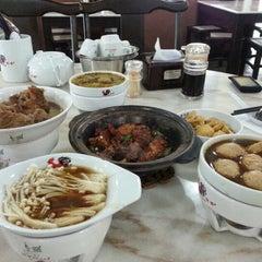 Photo taken at 宝香绑线肉骨茶 (Pao Xiang Bak Kut Teh) by Carolynne Y. on 10/17/2012
