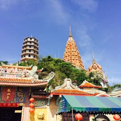 Photo taken at วัดถ้ำเขาน้อย (Wat Tham Kao Noi) by Betty on 5/2/2015