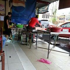 Photo taken at (Restoran Rafi) Murtabak Tomok Kg. Melayu by Darul Hisham on 2/10/2013
