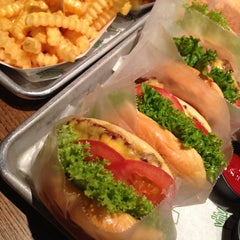 Photo taken at Shake Shack | شيك شاك by Rauda M. on 10/28/2012