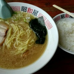 Photo taken at らーめん昭和屋 扇町店 by Yasuyuki S. on 9/7/2015