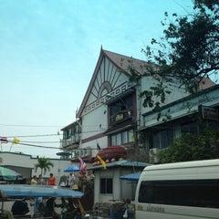 Photo taken at แว่นฟ้าราชวงษ์ (Wan Fah Restaurant) by Bihn T. on 4/14/2013