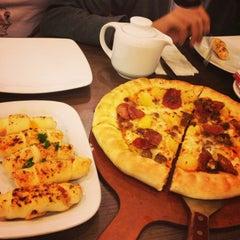 Photo taken at Pizza Hut by ♥ĆƪáŔá♥ on 2/3/2013
