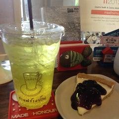 Photo taken at Coffee Next Door (กาแฟข้างบ้าน) by PoplatakoM on 8/18/2012