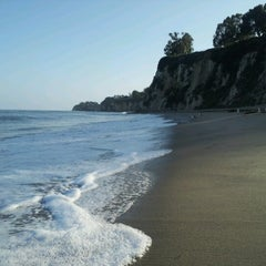 Photo taken at Paradise Cove Beach Cafe by Lorenzo C. on 6/11/2012