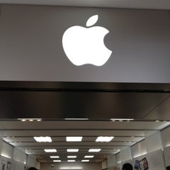 Photo taken at Apple Store, Stoneridge Mall by MiniME on 5/27/2012