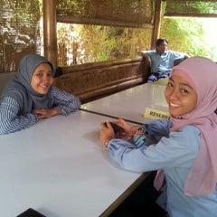 Photo taken at RM Sunda Pajajaran Bekasi Barat by eko k. on 11/17/2011