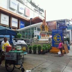 Photo taken at พันธุ์ทิพย์ พลาซ่า บางกะปิ (Pantip Plaza Bangkapi) by Mag on 10/2/2011
