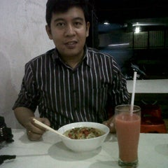 Photo taken at Bakmie ayam Siantar Jaya by Nathalia I. on 2/8/2012
