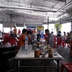 Photo taken at สมนึกไก่ย่าง (Somnuek Kaiyang) by STD on 7/22/2012