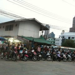Photo taken at ตลาดนัด สำปาย้า by Apichart C. on 8/14/2011