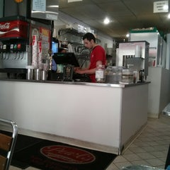 Photo taken at Pearl's Deluxe Burgers by Aleš S. on 5/6/2013