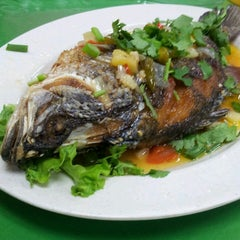 Photo taken at Saujana Tomyam Seafood by Annahanna H. on 7/27/2013