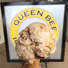 Photo taken at Queen Bee Ice Cream by Victor V. on 5/28/2015