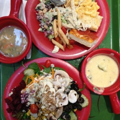 Photo taken at Sweet Tomatoes by Victor V. on 10/15/2013