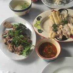 Photo taken at ข้าวมันไก่ เม้งเจริญโภชนา by Napatsanan A. on 4/20/2015