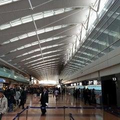 Photo taken at 羽田空港 第2旅客ターミナル (HND/RJTT Terminal 2) by Kentaro S. on 3/21/2013