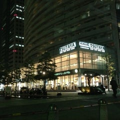 Photo taken at Starbucks Coffee TSUTAYA 横浜みなとみらい店 by Mari on 6/6/2013