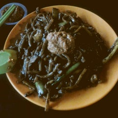 Photo taken at PJ Charcoal Fried Hokkien Mee by KC L. on 6/8/2014